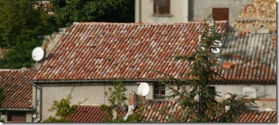 Remplacement de toutes les tuiles sur une toiture dans le village de Montagnac
